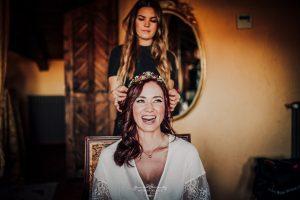 Boda en Aldea Santillana novia maquillándose
