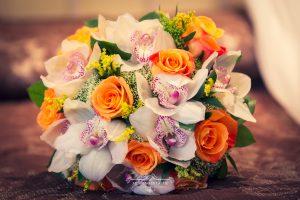 Ramo de novia con orquídeas y rosas naranjas